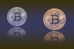 Bitcoin d'or sur le fond bleu noir Photographie stock