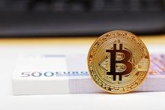 Bitcoin d'or - symbole de cryptocurrency virtuel international Photos libres de droits