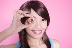 Bitcoin da tomada da mulher fotos de stock royalty free