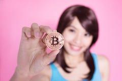 Bitcoin da tomada da mulher foto de stock royalty free