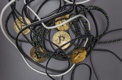 Bitcoin dans le nid des câbles photos stock