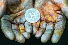 Bitcoin dans les mains de surchargé Fermez-vous, double exposition photos stock