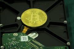 Bitcoin de Cryprocurrency ahorrado con seguridad en disco duro Imagenes de archivo