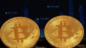 Bitcoin de dos monedas, mintiendo en la pantalla con una imagen de la carta de citas, moneda crypto Blockchain de la tecnología almacen de metraje de vídeo