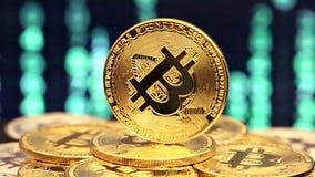 Bitcoin de giro com números mudados nos fundos video estoque