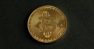 Bitcoin de giro em um fundo preto vídeos de arquivo
