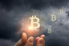 Bitcoin in de hand Stock Afbeelding