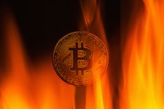 Bitcoin de la moneda en el fuego Fotografía de archivo libre de regalías