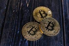 Bitcoin de la moneda en tablero negro Fotografía de archivo libre de regalías
