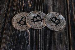 Bitcoin de la moneda en tablero negro Imágenes de archivo libres de regalías