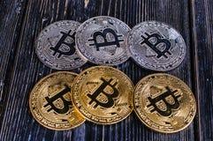Bitcoin de la moneda en tablero negro Imagen de archivo libre de regalías
