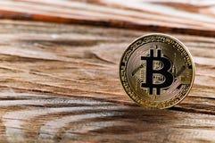 Bitcoin de la moneda en un fondo de madera Foto de archivo libre de regalías