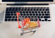 Bitcoin de las compras del mercado empresarial en carro en el ordenador portátil fotografía de archivo libre de regalías