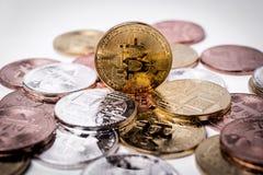 Bitcoin Bitcoin de oro aislado en el fondo blanco Imagen de archivo libre de regalías