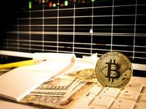 Bitcoin de oro con el billete de banco y carta del mercado de acción en el monitor conceptual para el fondo crypto de la moneda Imagen de archivo
