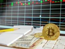 Bitcoin de oro con el billete de banco y fondo del grap del mercado de acción conceptual para la moneda crypto Fotografía de archivo libre de regalías