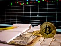 Bitcoin de oro con el billete de banco y grap del mercado de acción conceptual para el fondo crypto de la moneda Foto de archivo