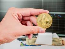 Bitcoin de oro con el billete de banco y grap del mercado de acción conceptual para el fondo crypto de la moneda Fotos de archivo