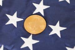 Bitcoin de oro con las estrellas blancas Foto de archivo libre de regalías