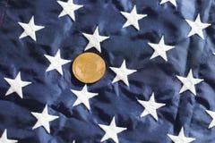 Bitcoin de oro con las estrellas blancas Imágenes de archivo libres de regalías