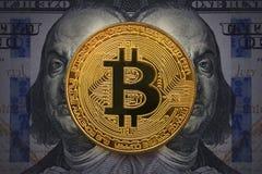 Bitcoin de oro con mal, retrato travieso de Benjamin Franklin a partir de ciento dólares americanos Concepto del negocio de por t fotografía de archivo libre de regalías