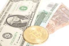 Bitcoin de oro con U S dólar, billetes de banco de la rupia del extremo de la rublo Imagen de archivo libre de regalías