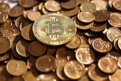 Bitcoin de oro en el fondo de otras monedas, seguido por el futuro fotos de archivo libres de regalías