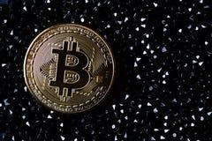 Bitcoin de oro en joyas negras Moneda de oro del cryptocurrency fotos de archivo