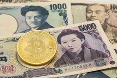 Bitcoin de oro en la pila de muchos mecanografía el fondo de los billetes de banco de Japón Fotografía de archivo