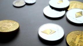 Bitcoin de oro que cae abajo en la tabla metrajes