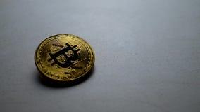 Bitcoin de oro que cae abajo en la tabla almacen de video