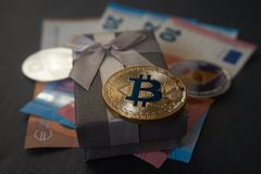 Bitcoin de oro que miente en la caja de regalo foto de archivo