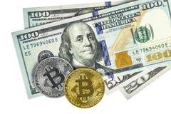 Bitcoin de oro y de plata en cientos billetes de dólar Cryptocurrency Imagenes de archivo