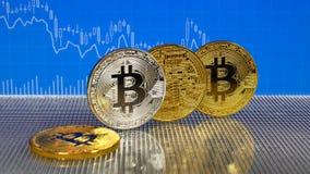 Bitcoin de oro y de plata en fondo abstracto azul de las finanzas Cryptocurrency de Bitcoin metrajes