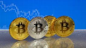Bitcoin de oro y de plata en fondo abstracto azul de las finanzas Cryptocurrency de Bitcoin libre illustration