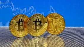 Bitcoin de oro y de plata en fondo abstracto azul de las finanzas Cryptocurrency de Bitcoin almacen de video