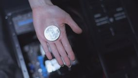 Bitcoin in de palm stock video