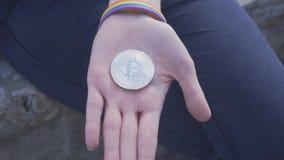 Bitcoin in de palm stock videobeelden