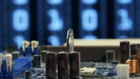 Bitcoin de plata en el primer del fondo de la placa madre del ordenador Dinero virtual de Cryptocurrency metrajes