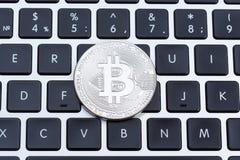 Bitcoin de plata en el primer del tablero dominante de ordenador imágenes de archivo libres de regalías