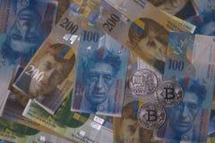Bitcoin de plata en fondo del dinero del franco suizo fotos de archivo libres de regalías