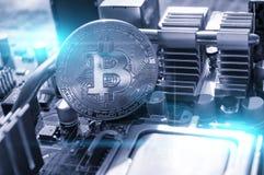 Bitcoin de plata en la placa madre, fondo digital Concepto del negocio de explotaci?n minera digital del cryptocurrency y del bit foto de archivo