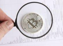 Bitcoin de plata en los gráficos del fondo Imágenes de archivo libres de regalías