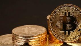 Bitcoin de plata y de oro almacen de metraje de vídeo