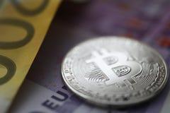 Bitcoin de prata com euro- mentira do dinheiro na tabela imagem de stock royalty free