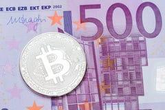 Bitcoin de prata no fundo da cédula do euro 500 Fotos de Stock Royalty Free