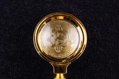 Bitcoin debajo de la lupa fotos de archivo libres de regalías
