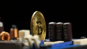 Bitcoin del oro con la placa madre almacen de metraje de vídeo