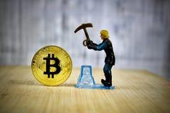 Bitcoin del oro de la explotación minera del hombre Imagenes de archivo