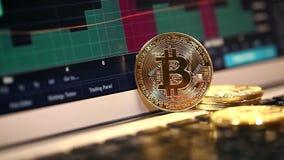 Bitcoin del oro en el teclado del ordenador portátil en el fondo de la carta común metrajes